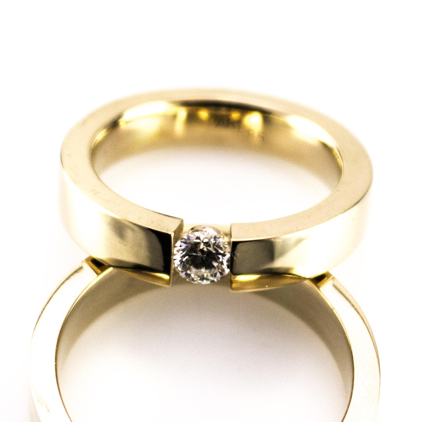 weddingringsflyingdiamond1